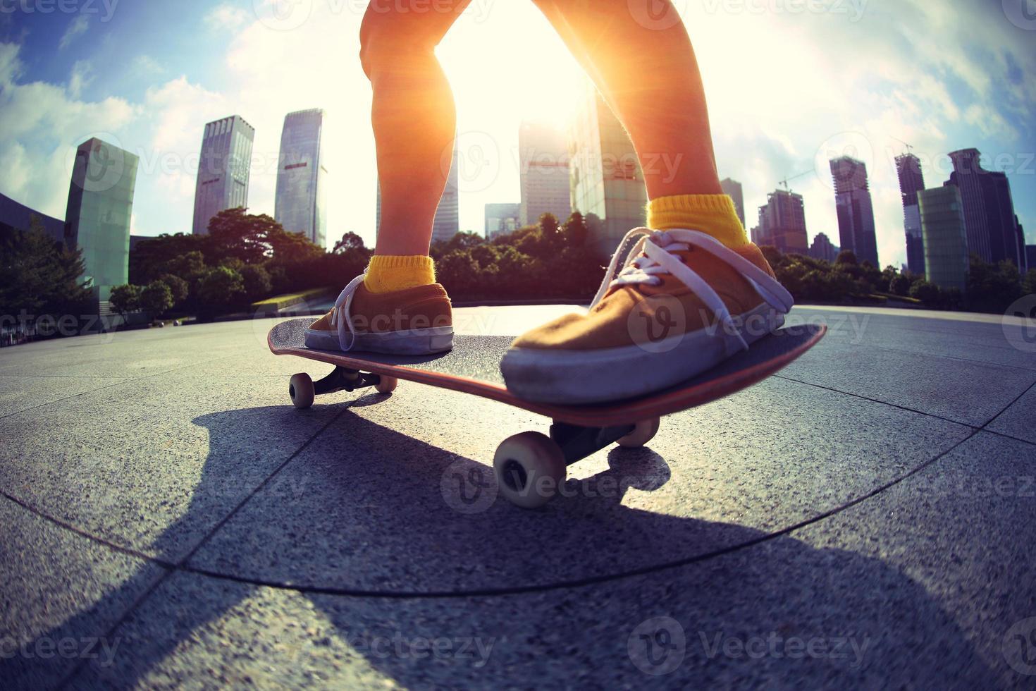 skateboarder skateboard på soluppgången stad foto