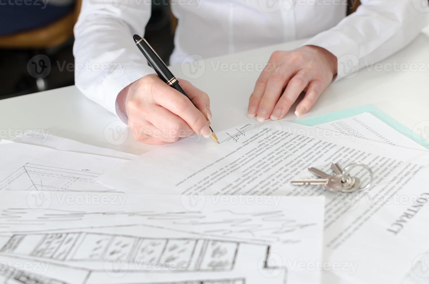 kund som tecknar ett fastighetsavtal foto