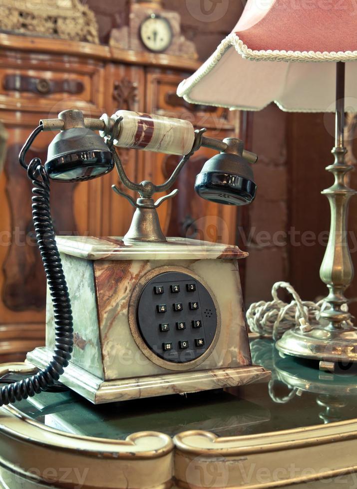 vintage telefon på bordet foto