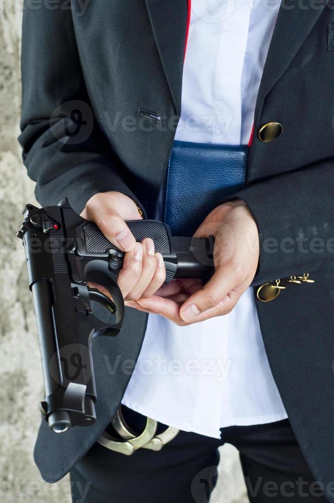poliskvinna som laddar om tidningen. foto