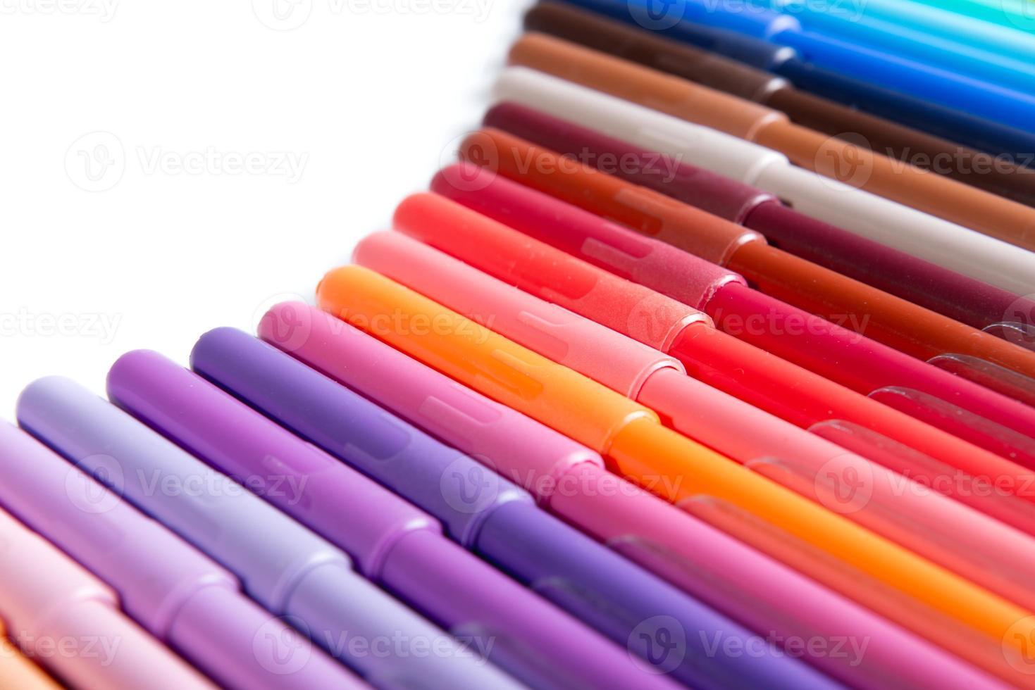 färgglada pennor i rad foto
