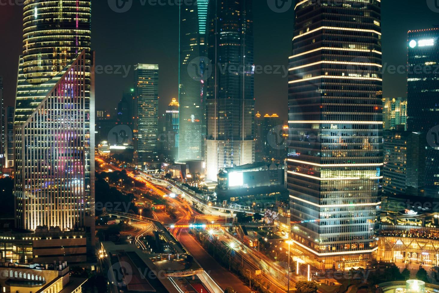 trafikljus, skyskrapor i shanghai centrum på natten foto