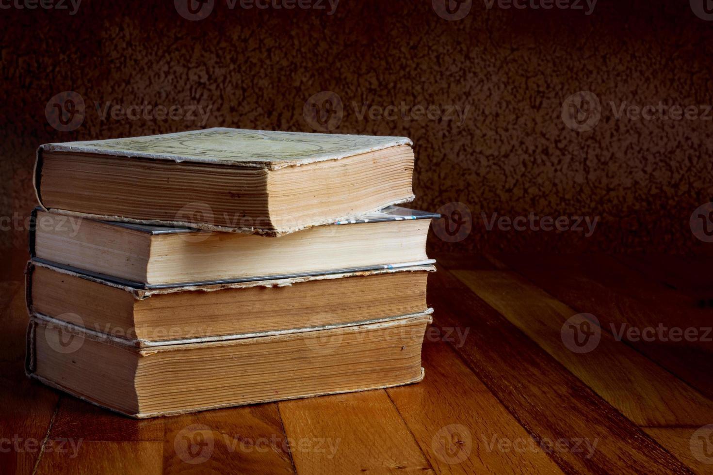 hög med gamla böcker på ett vackert träbord foto