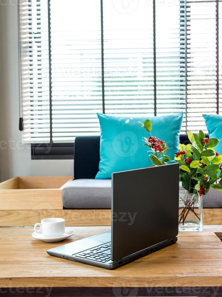 modernt inre vardagsrum med bärbar dator på bordsskivan foto