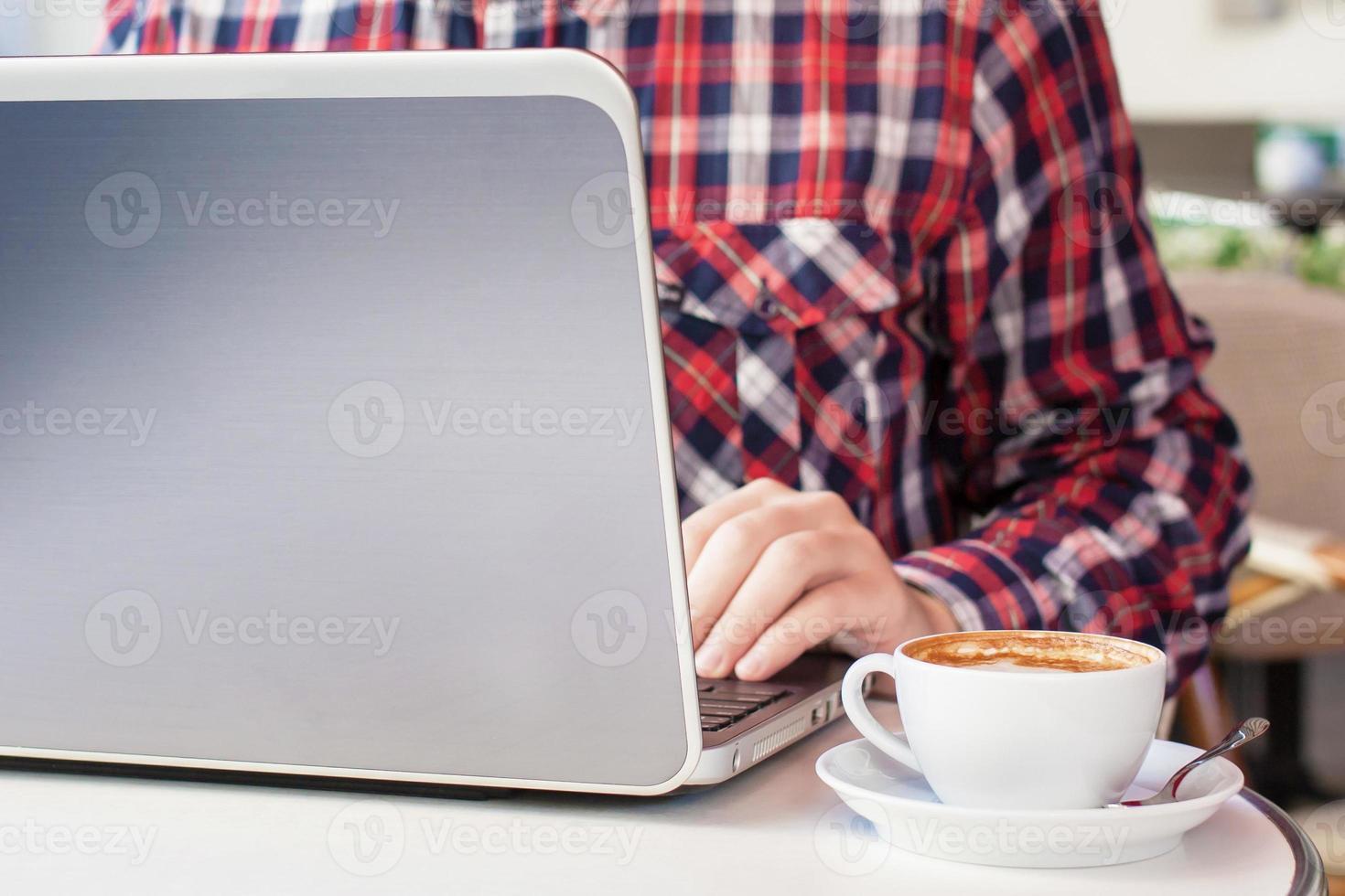 affärsman som arbetar på datorsammanträde på café i staden foto