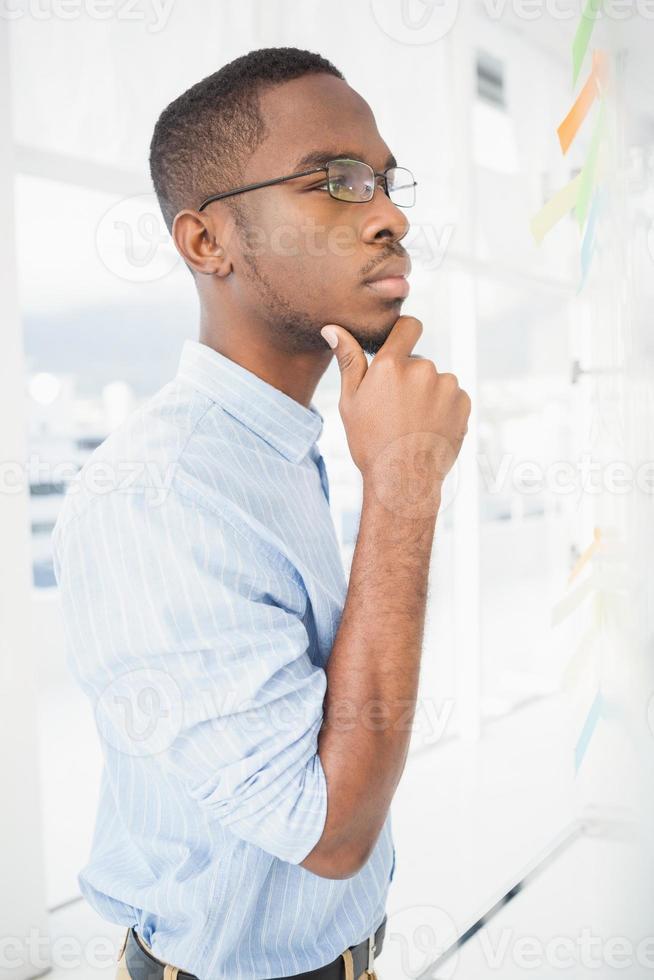 allvarlig affärsman som tänker med handen på hakan foto
