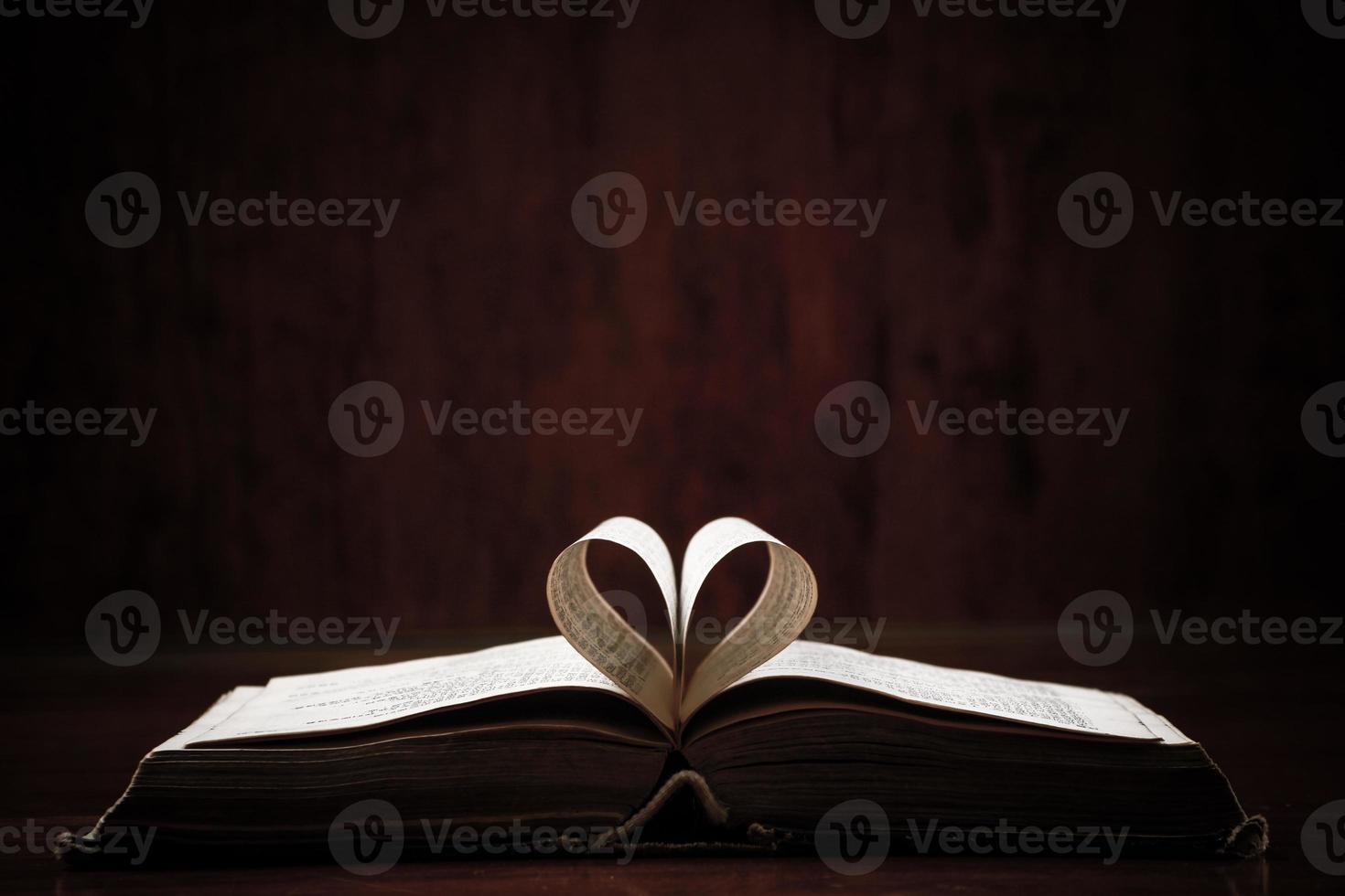 öppen bok på bordet foto