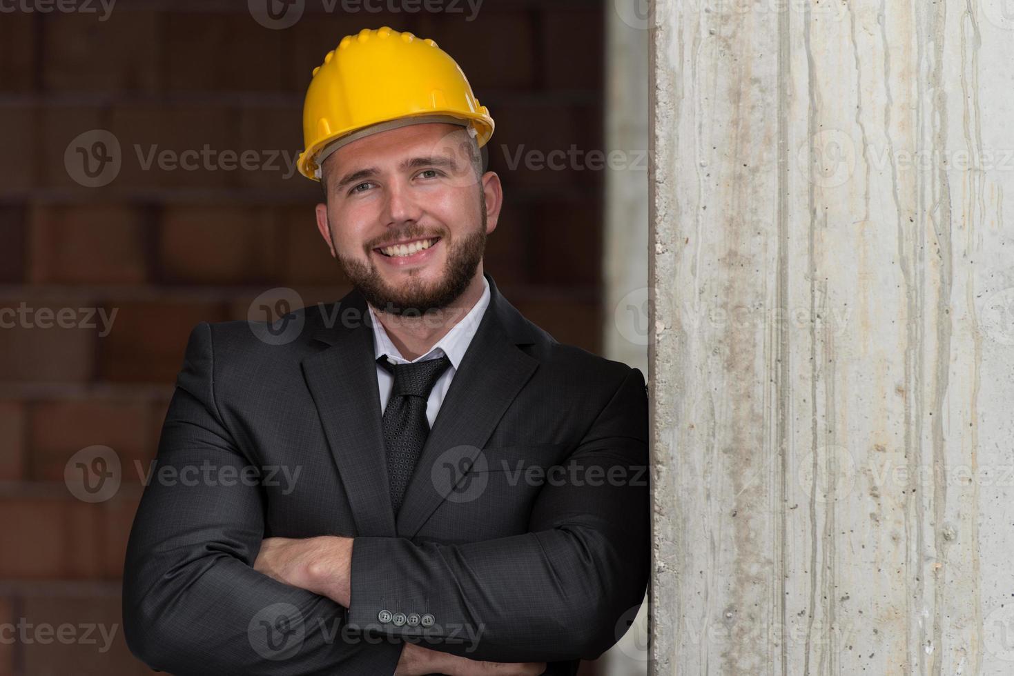 porträtt av lycklig ung förman med hård hatt foto