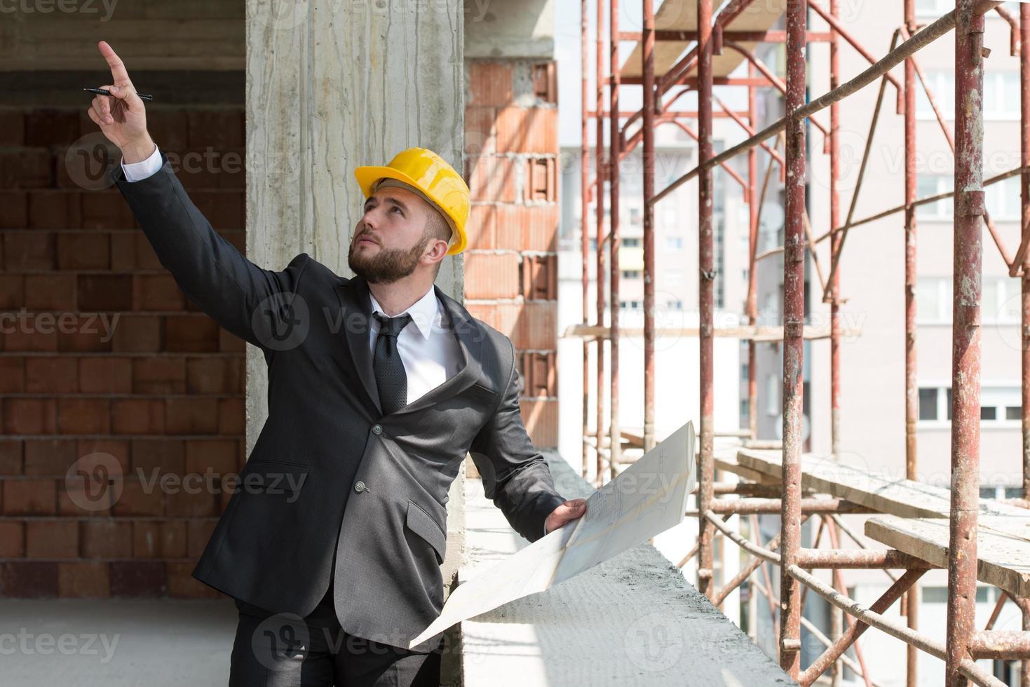 affärsman som pekar på taket foto