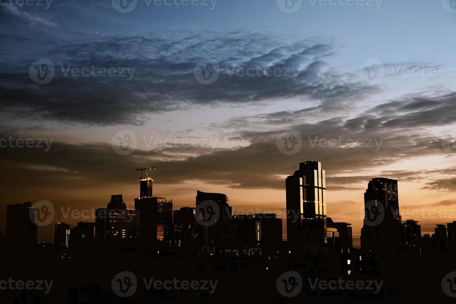 bakgrund av stadsbild silhuett med dramatisk mörk himmel foto
