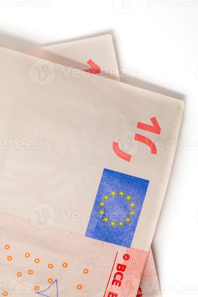 två tio eurosedlar som isoleras på vitt foto