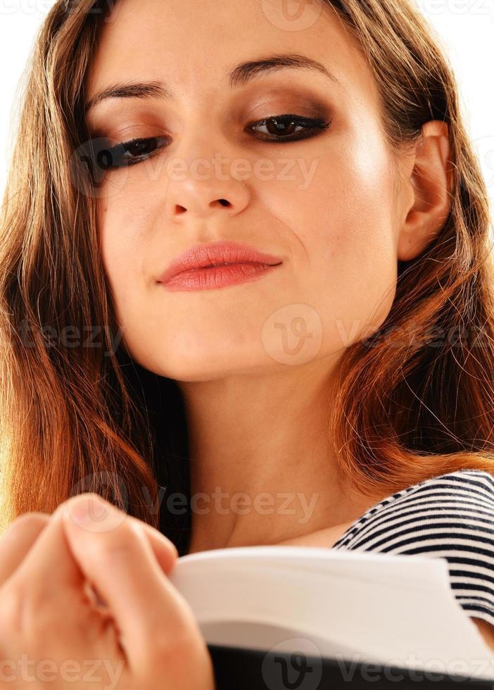 ung kvinna som läser en bok isolerad på vitt foto