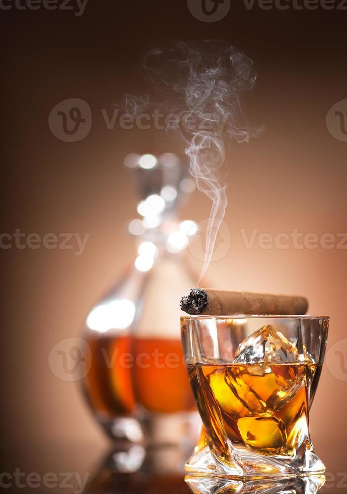 cigarr på glas foto