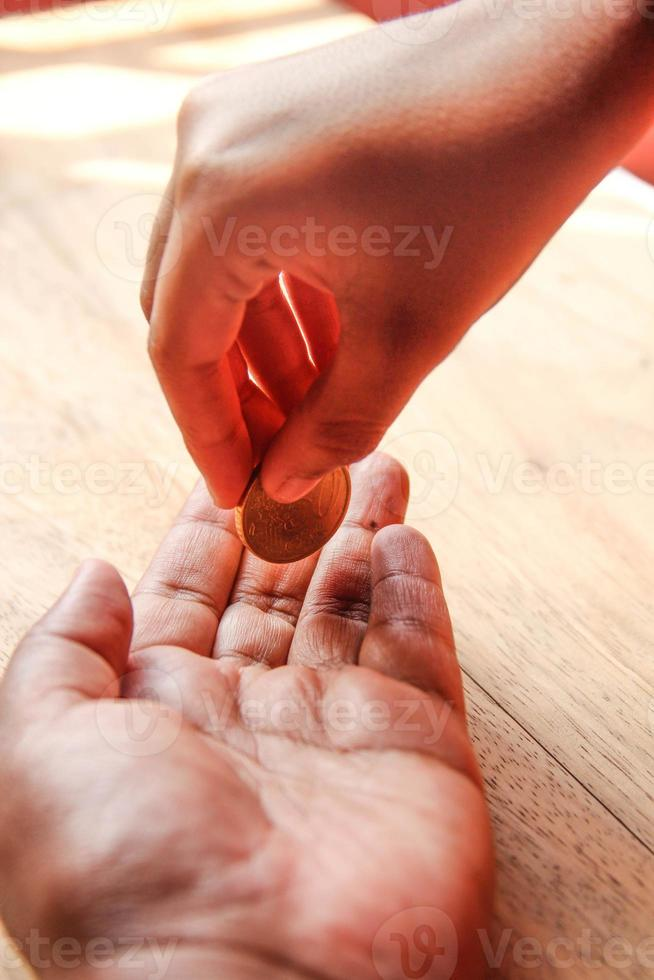 hand visar pengar för hjälp eller sparande foto