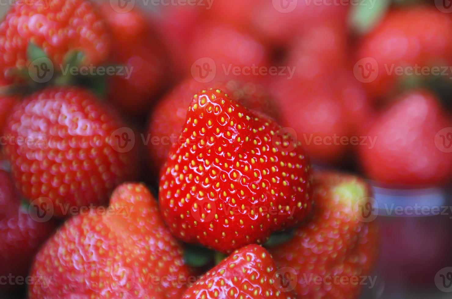jordgubbe på marknaden foto