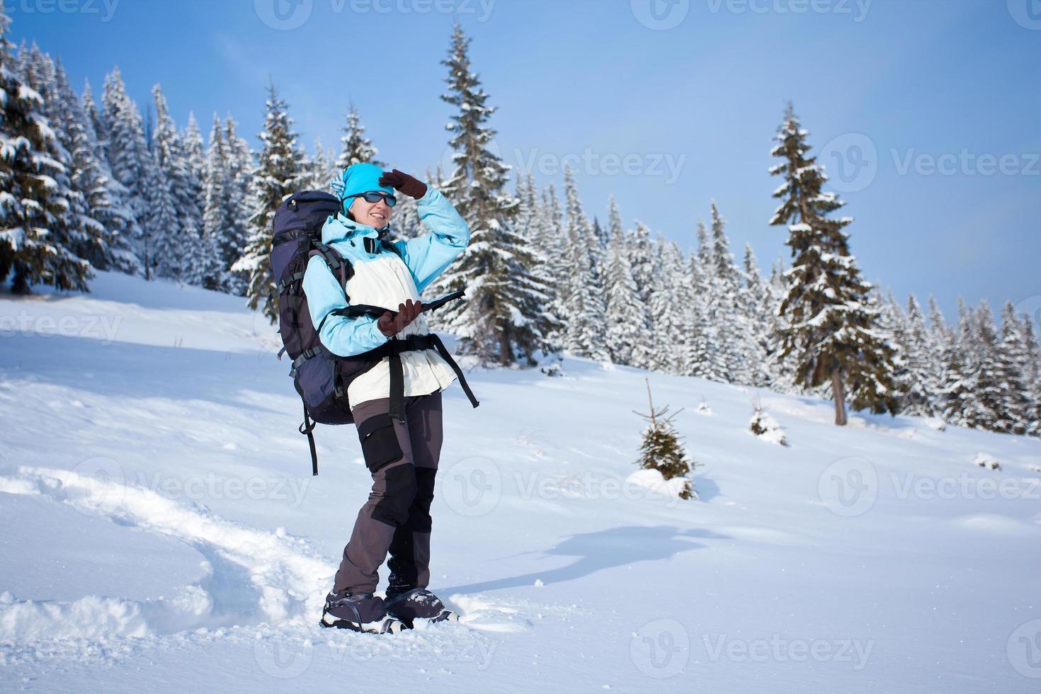 vandrare i vinterskogen foto