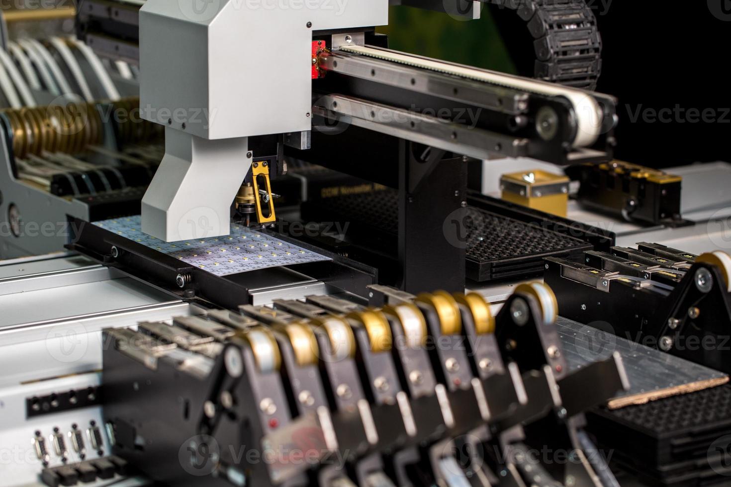 modern maskin för produktion av ledde paneler foto