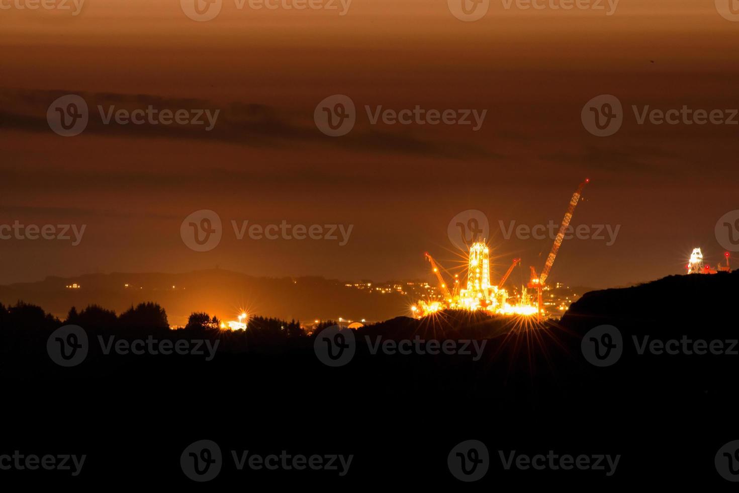 offshore rigg på natten foto