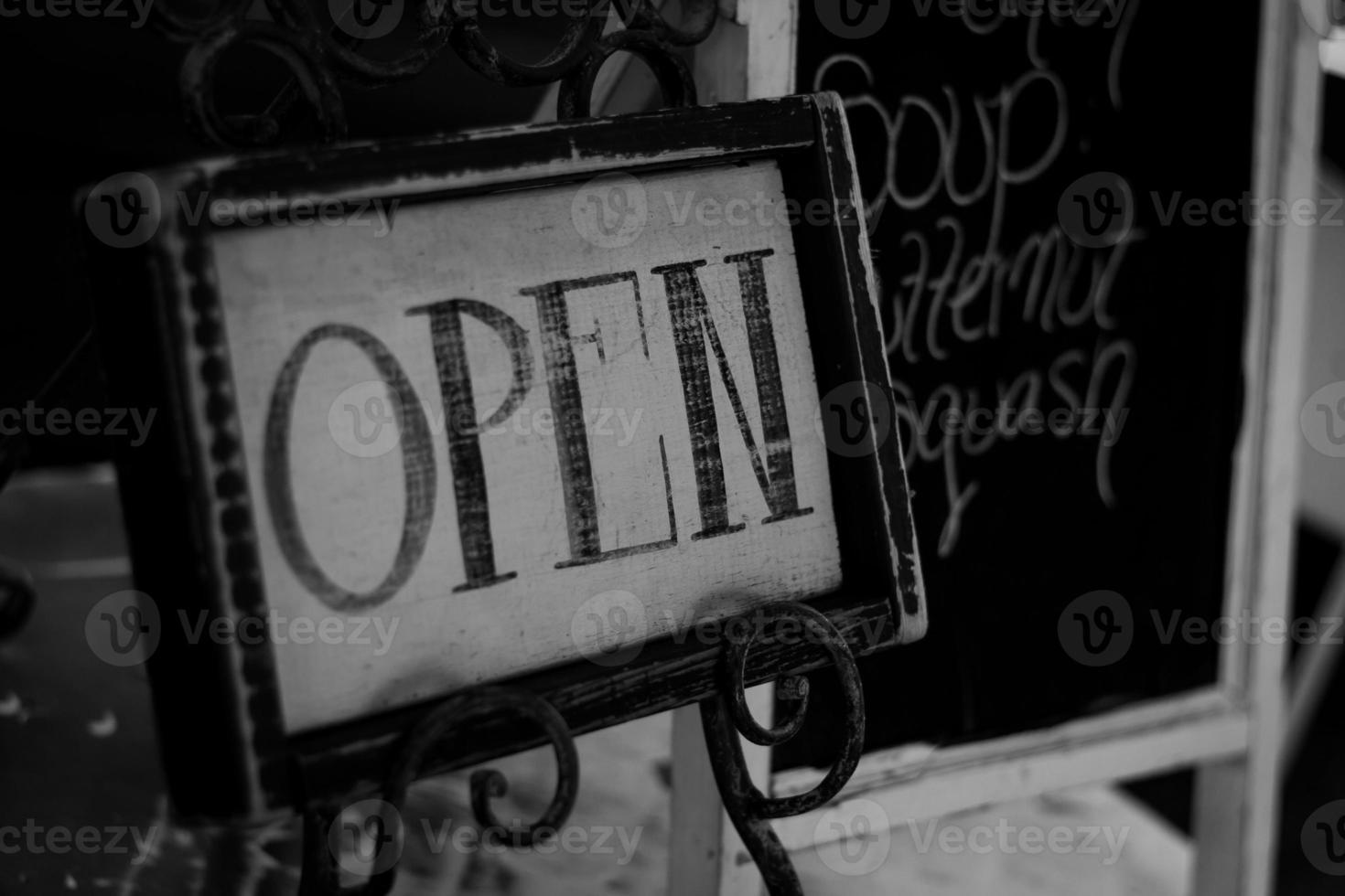 öppen för monokrom / krita foto