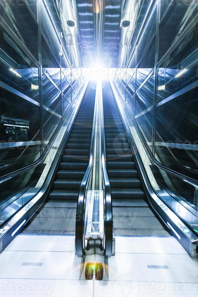rulltrappa, moderna trappor, futuristisk bakgrund foto
