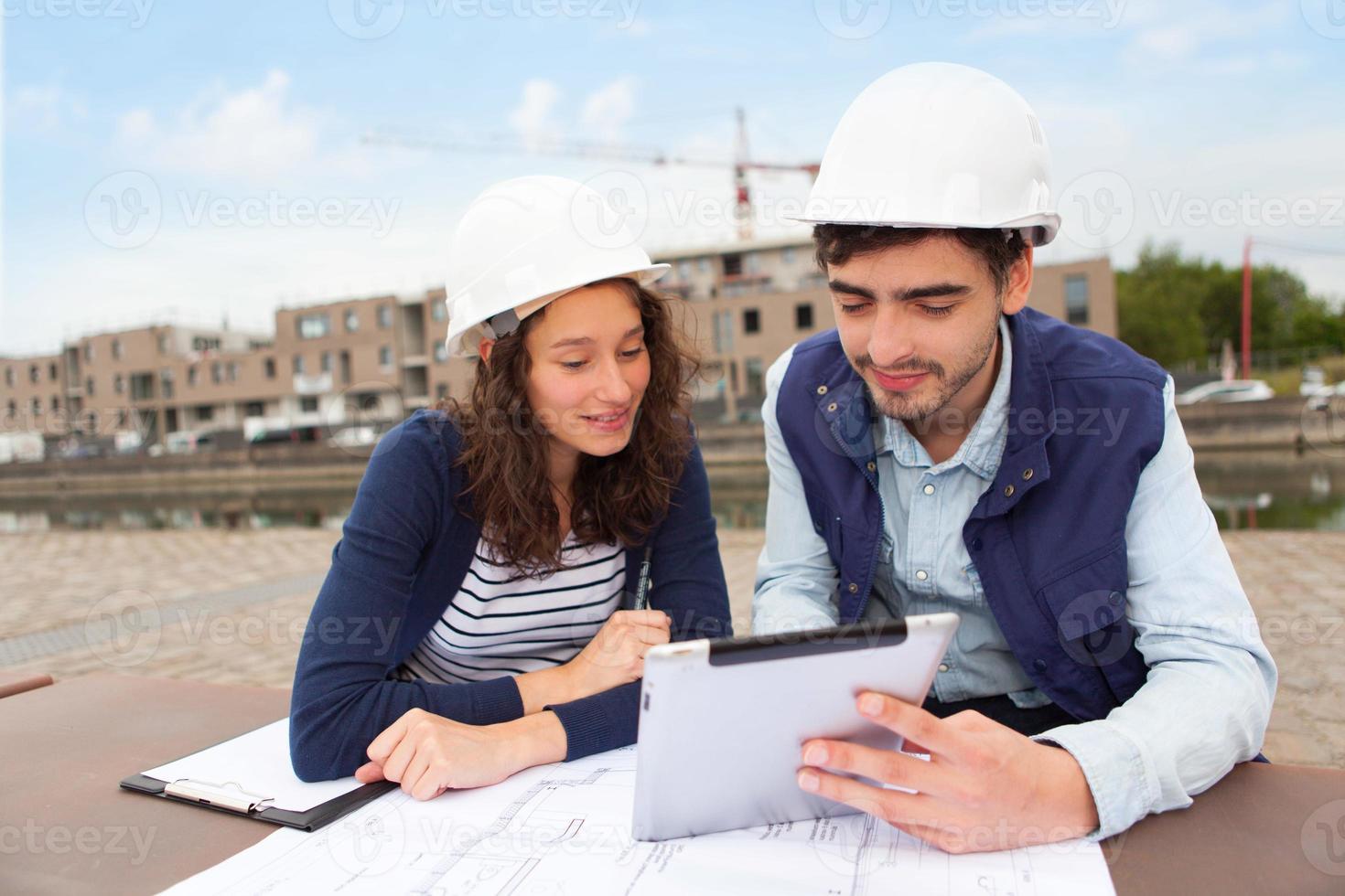 arkitektkvinna och byggarbetsledare foto