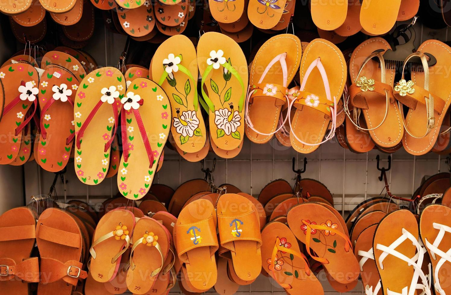 rack med sandaler foto