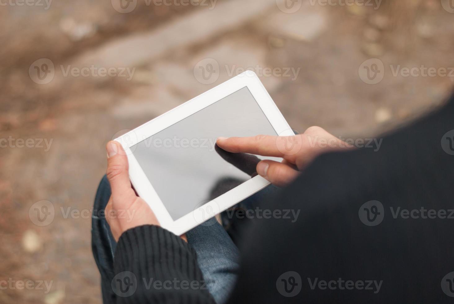 man med surfplatta i händerna på närbild. foto