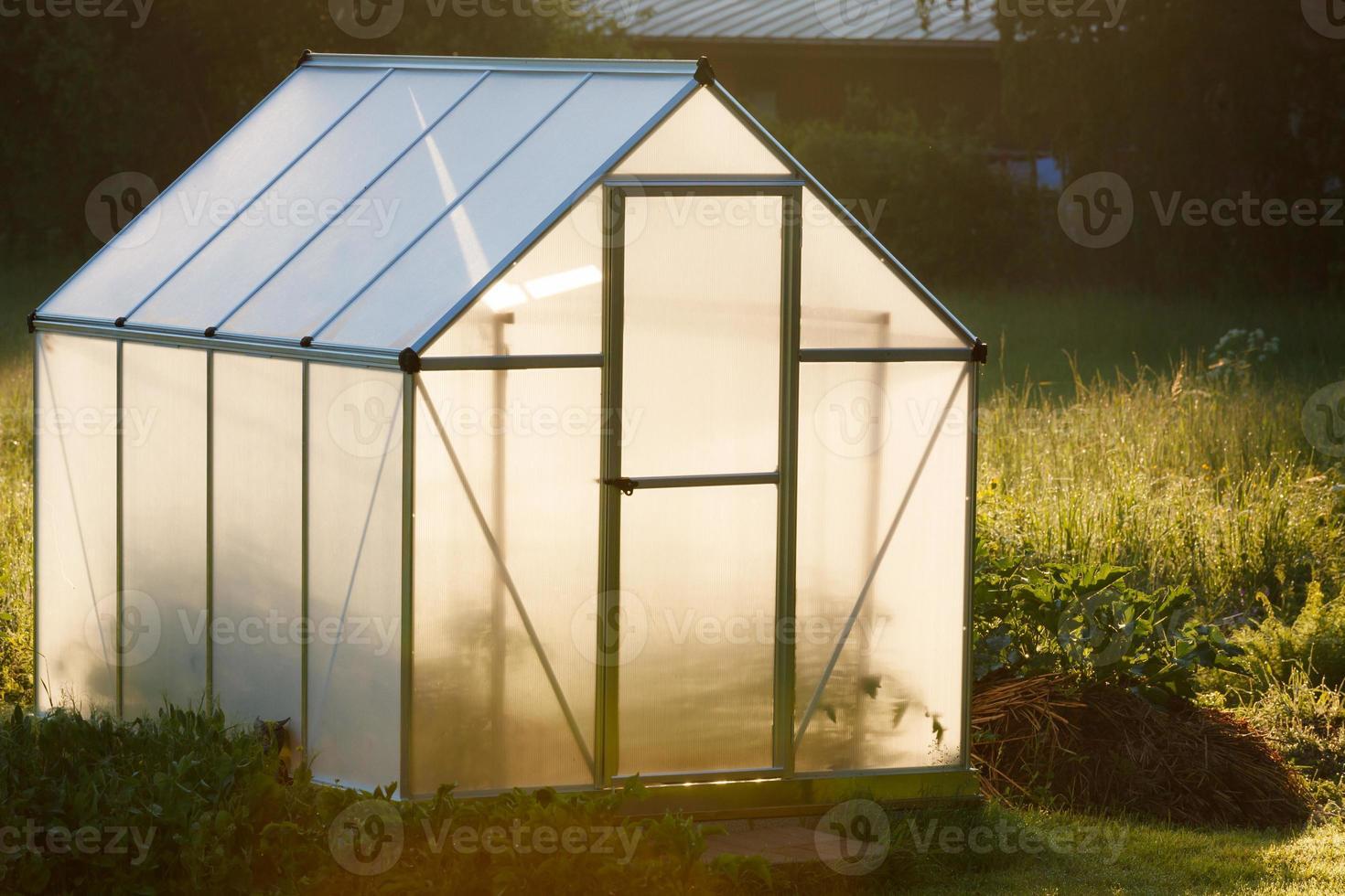 litet växthus i trädgården foto
