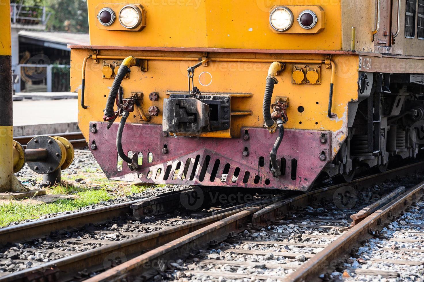 järnvägslokomotiv som reser över Thailand foto
