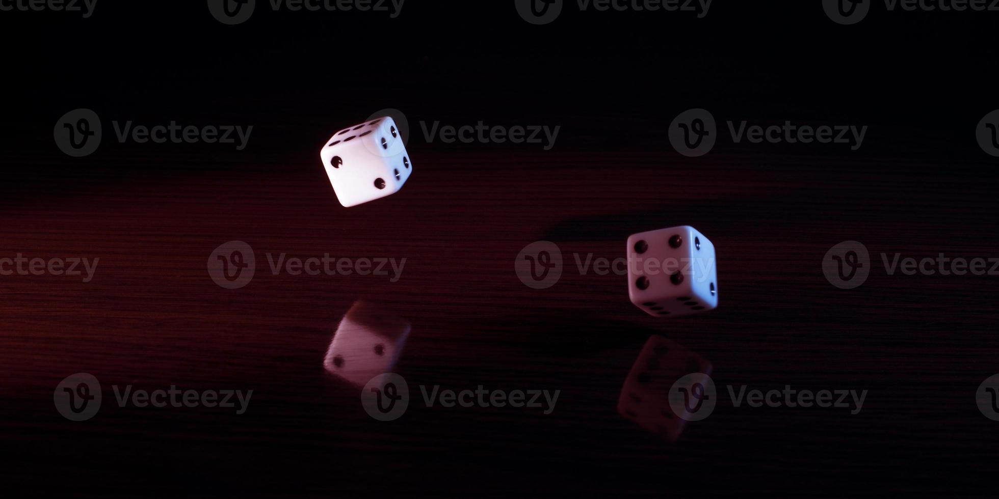 spel tärningar med en röd nyans. foto
