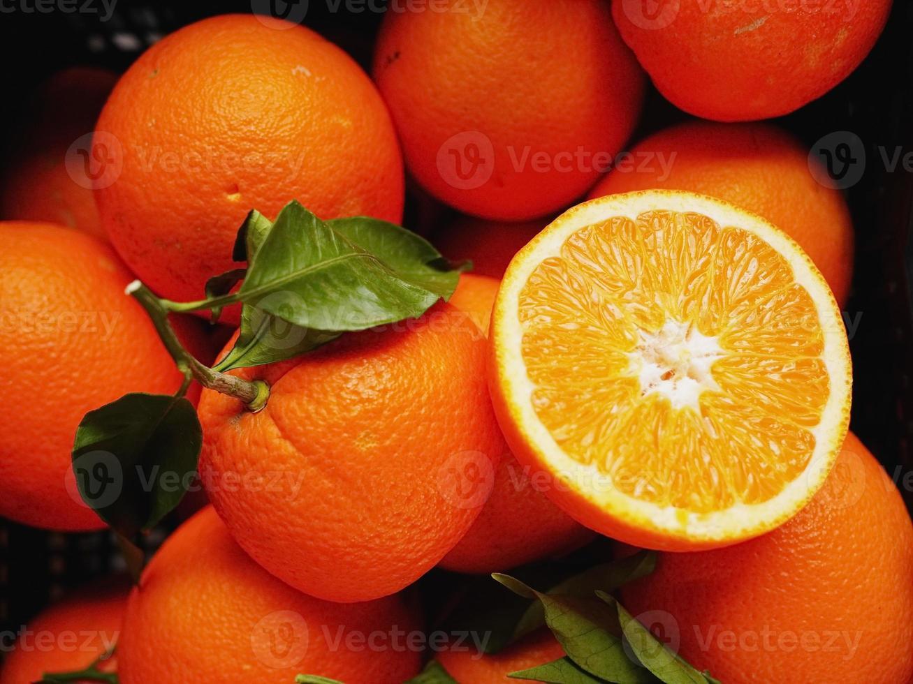 apelsiner marknaden organiska blad foto