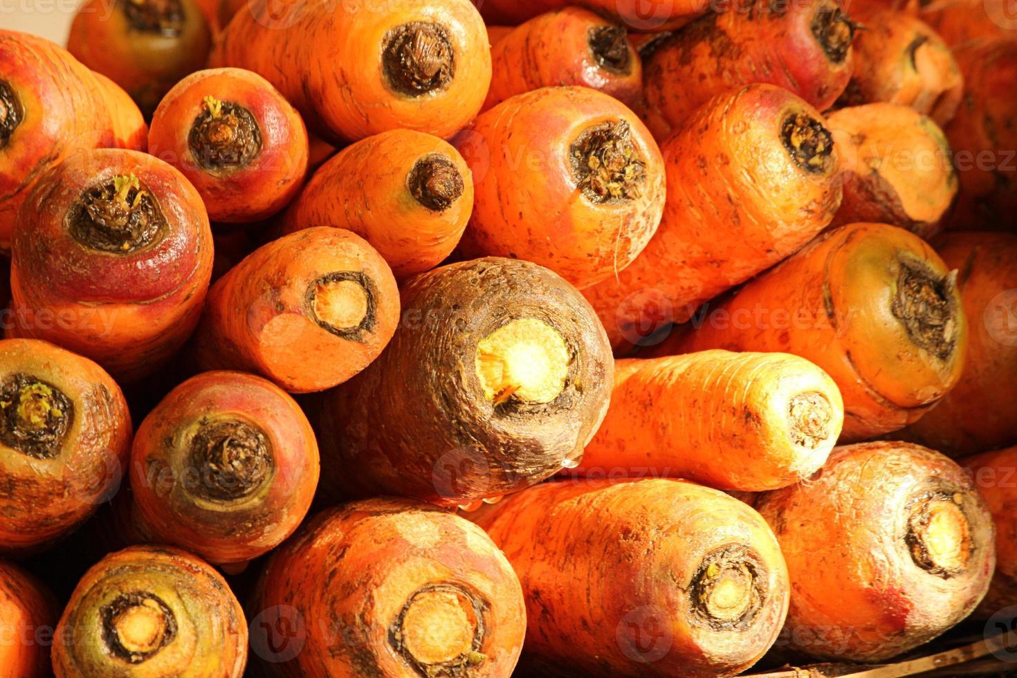 färska morötter på marknaden foto