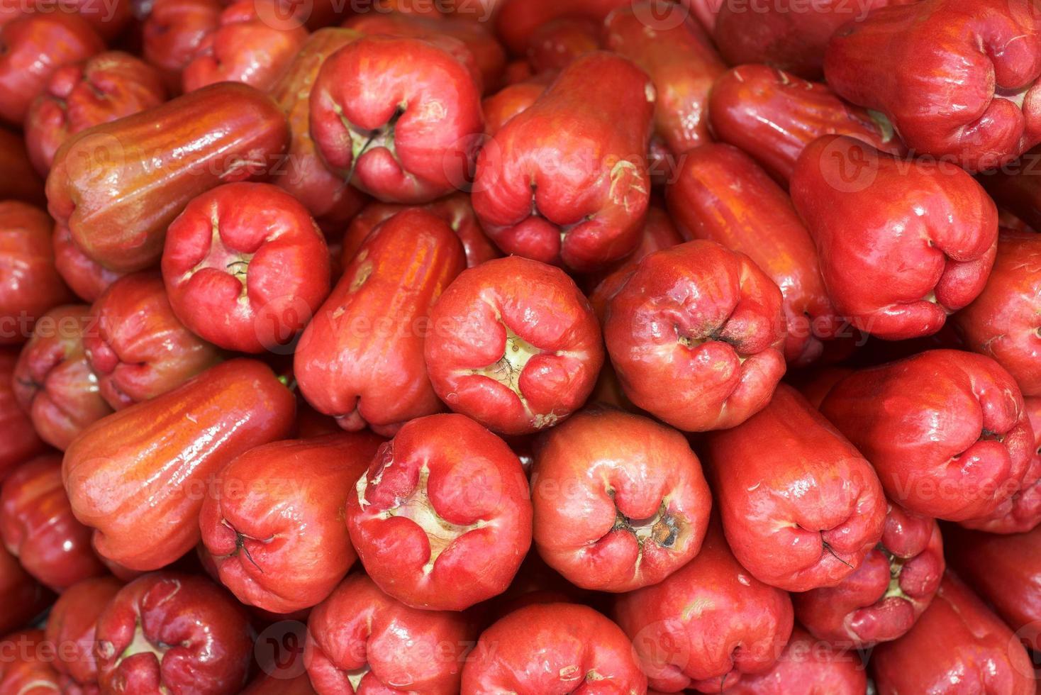 rosa äpplen på grönsaksmarknaden foto