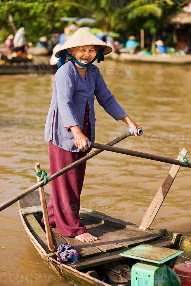 roddbåt i vietnamesisk kvinna i mekongfloddeltaen, Vietnam foto