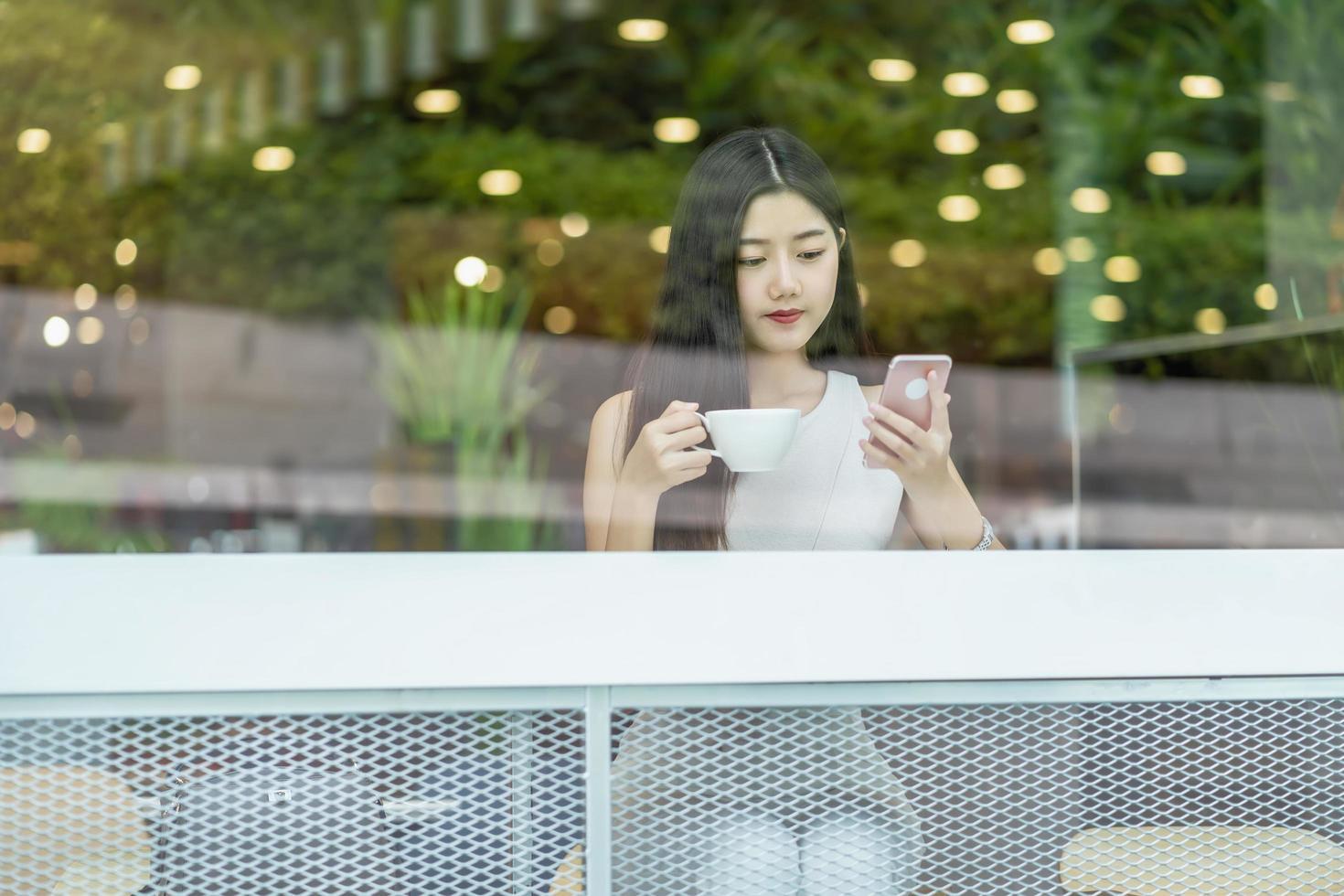 en ung asiatisk kvinna som arbetar på ett kafé foto