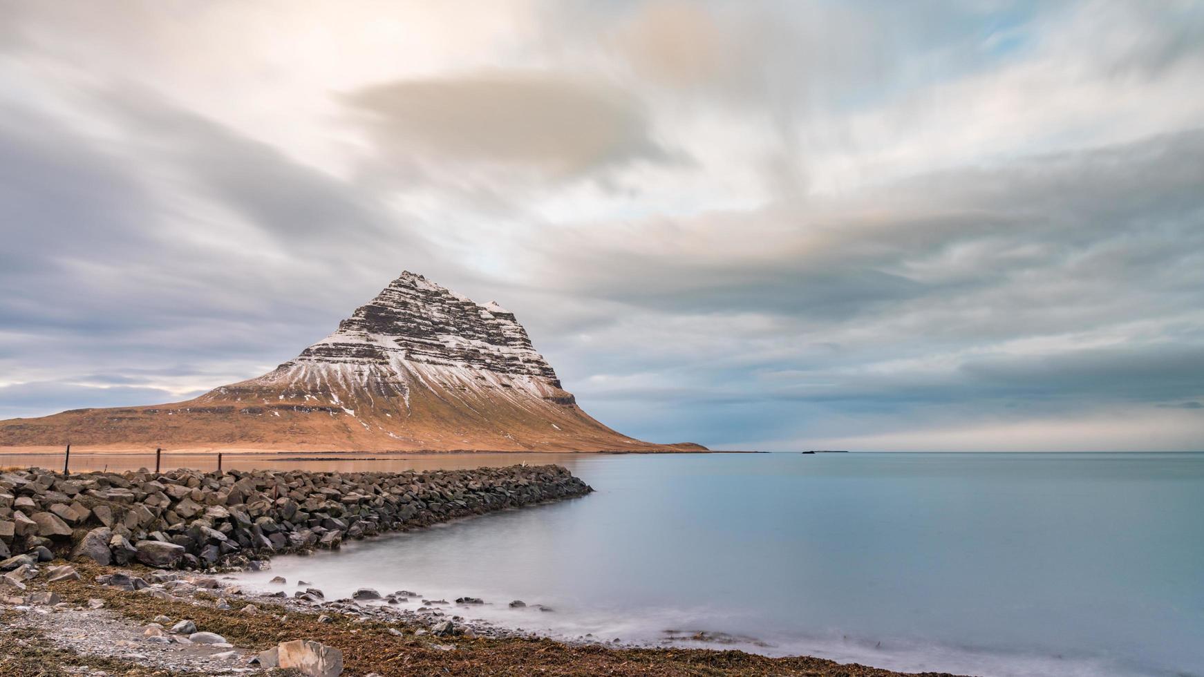 snöklädda kirkjufell i Grundarfjorour, Island foto