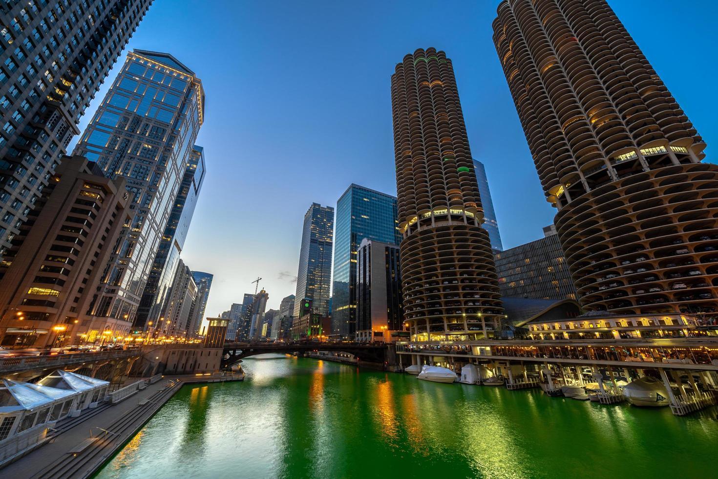 chicago Riverwalk stadsbilden flod sida vid skymningen. foto