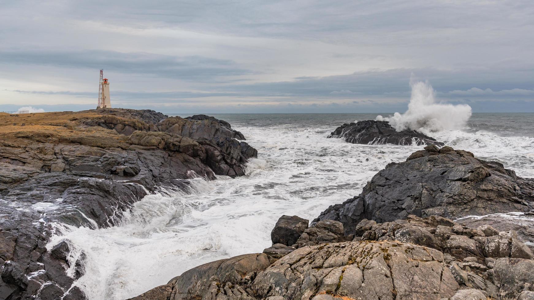 kraschar vågor i Vatnajokull nationalpark på Island foto