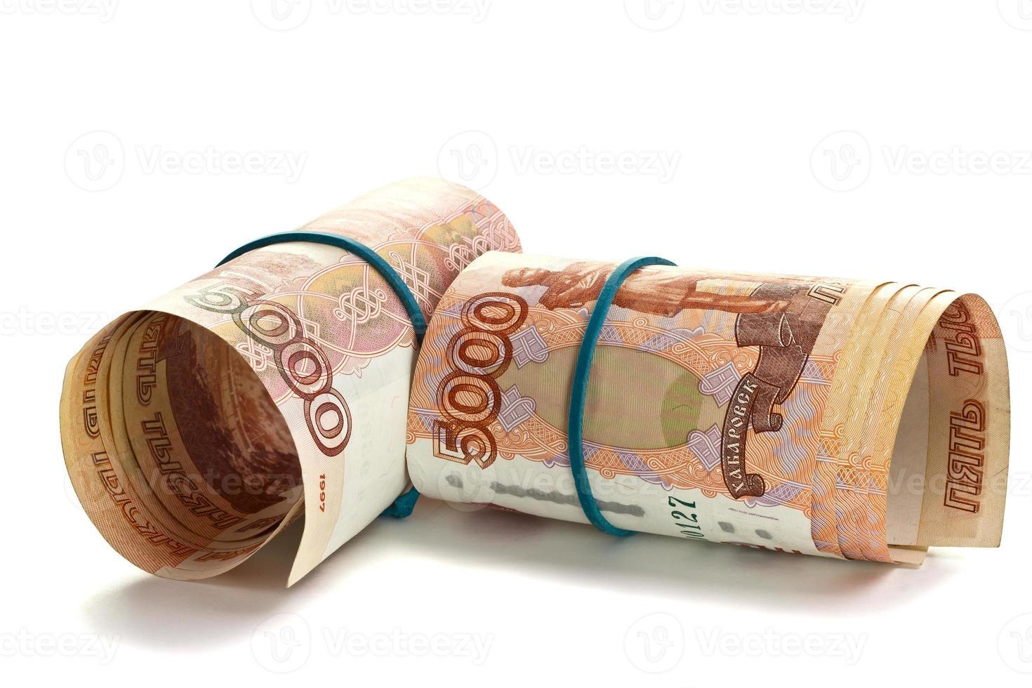 rulle med ryska pengar med gummiband foto