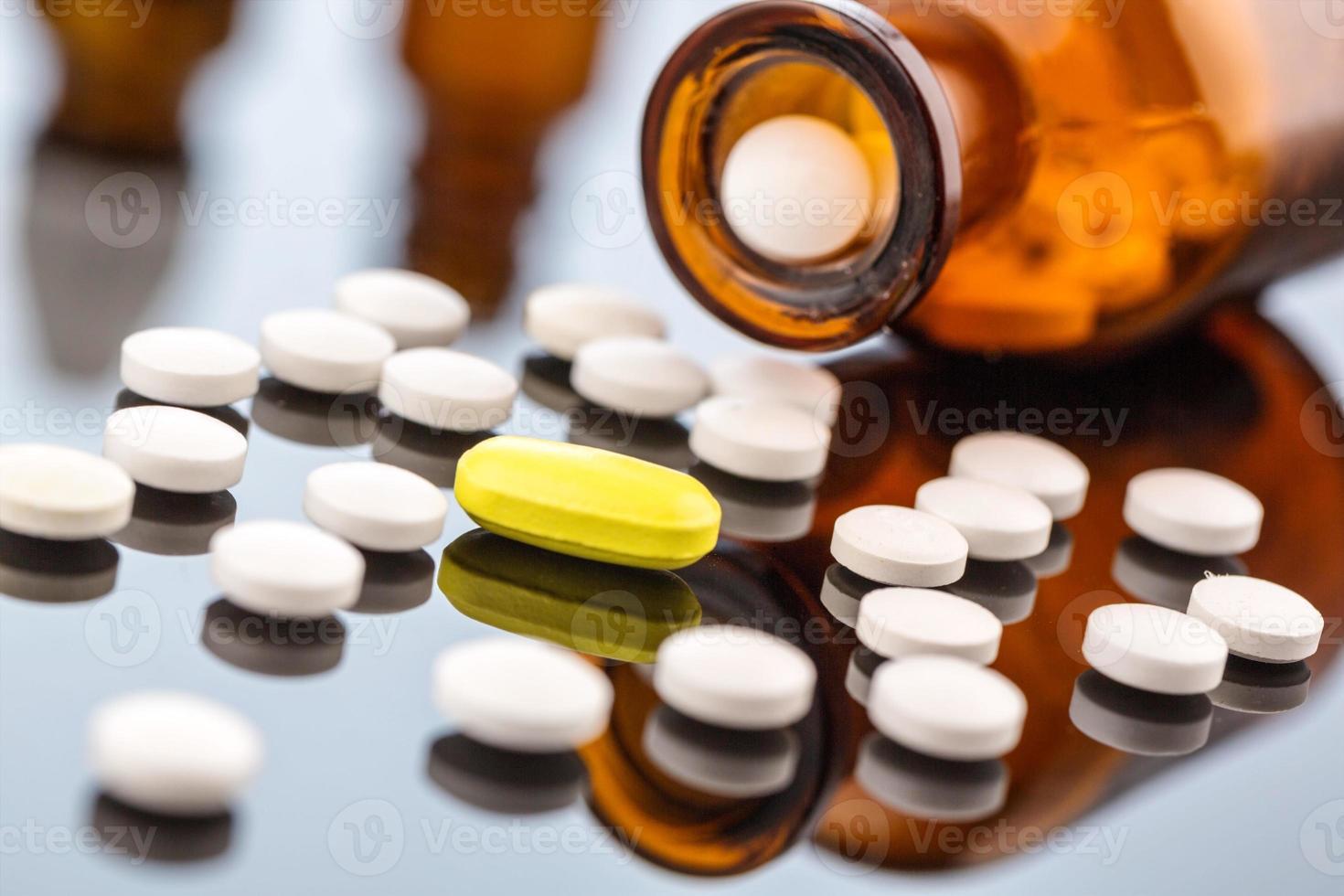 många tabletter med behållare foto