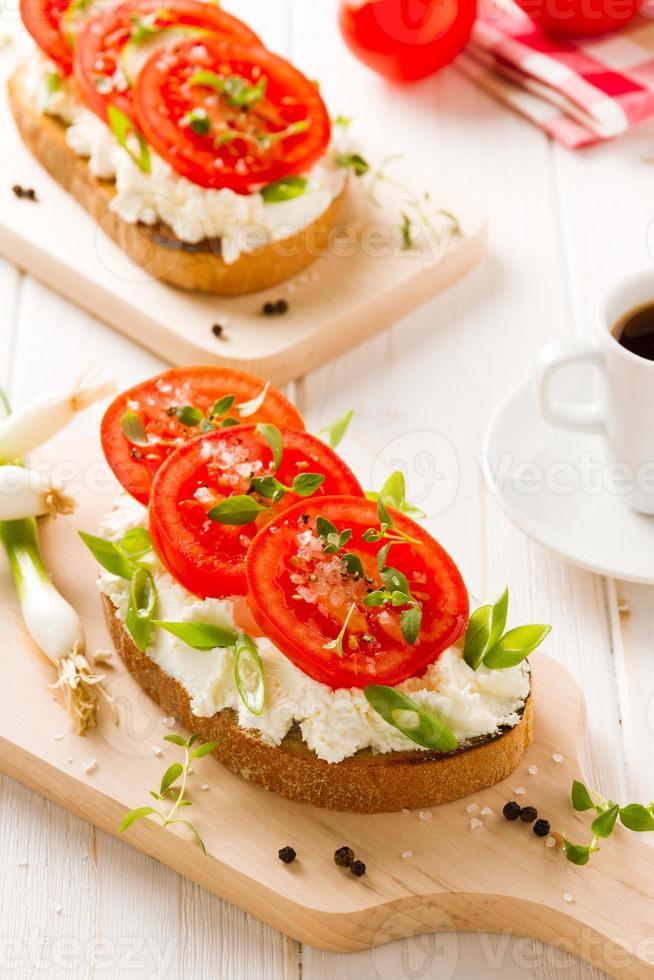 färskt rostat bröd med skivade tomater och timjan foto