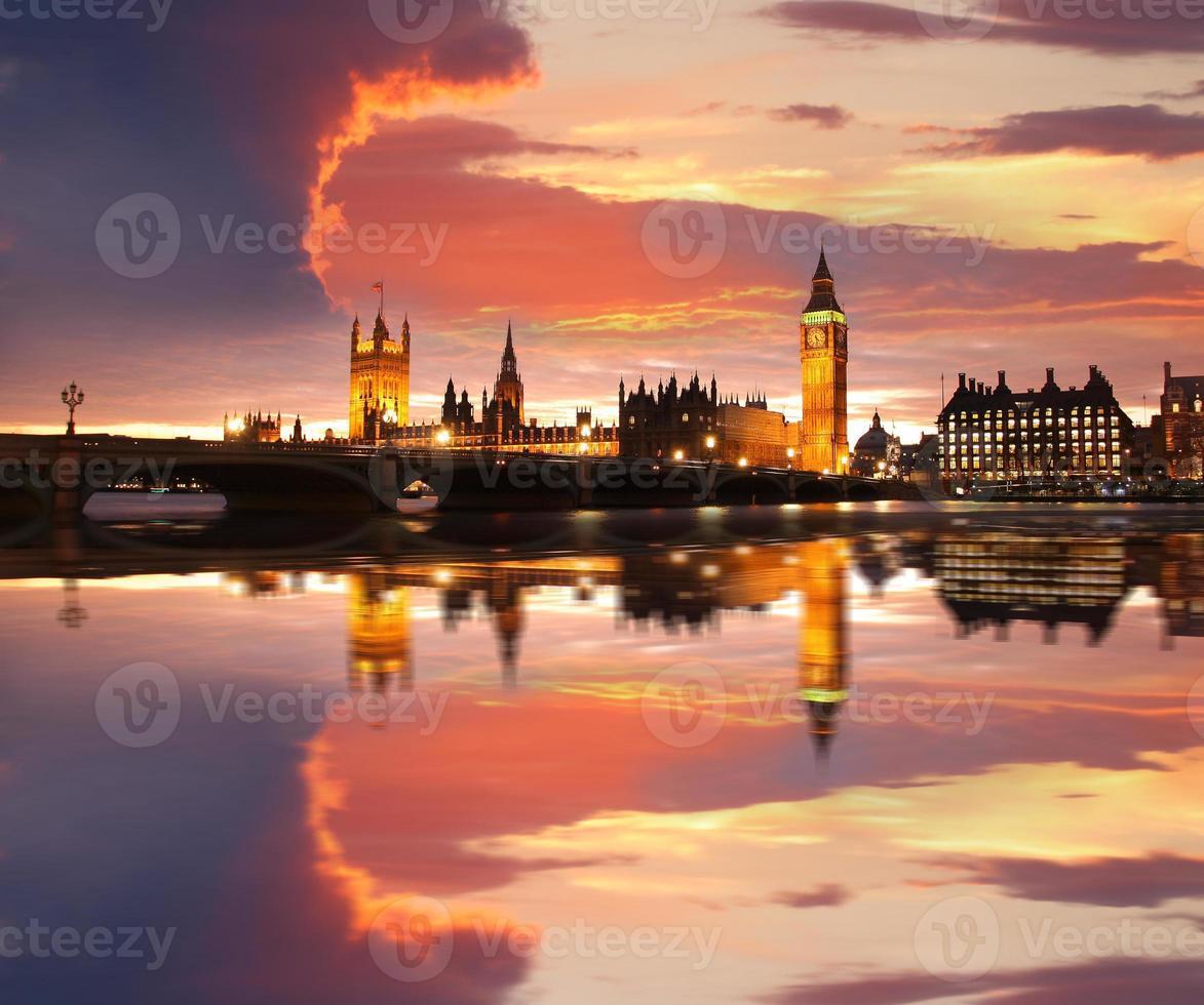 berömda big ben på kvällen med bridge, london, england foto