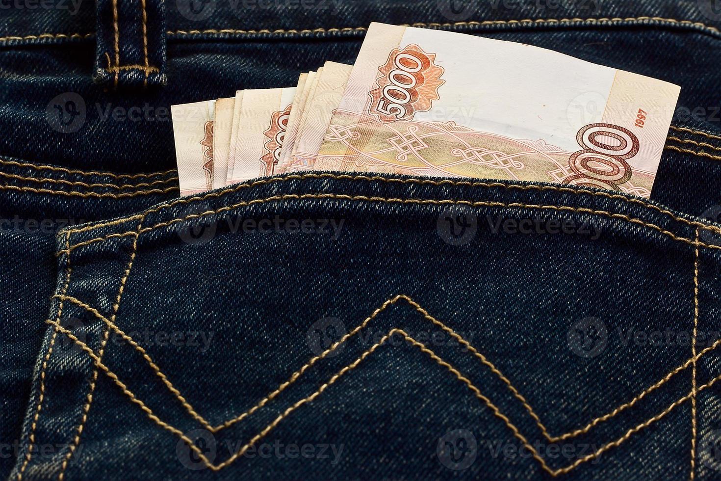 ryska pengar i fickan på jeans foto