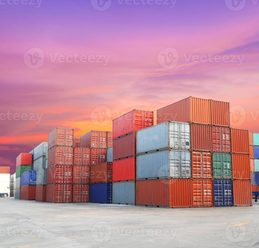 fraktbehållare vid hamnen med vacker himmel foto