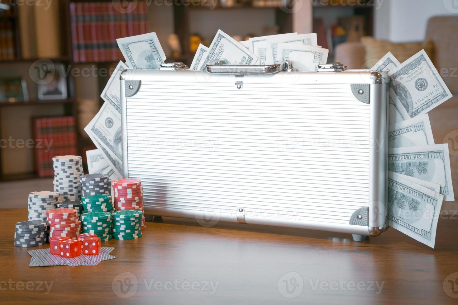 pokeruppsättning i ett metalliskt fodral med mycket pengar foto