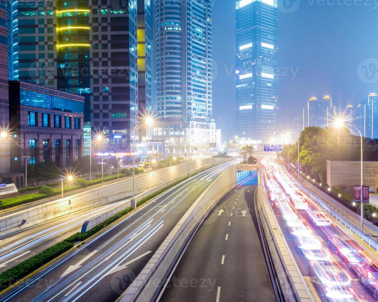 överfart över ljusspår, vackra kurvor foto