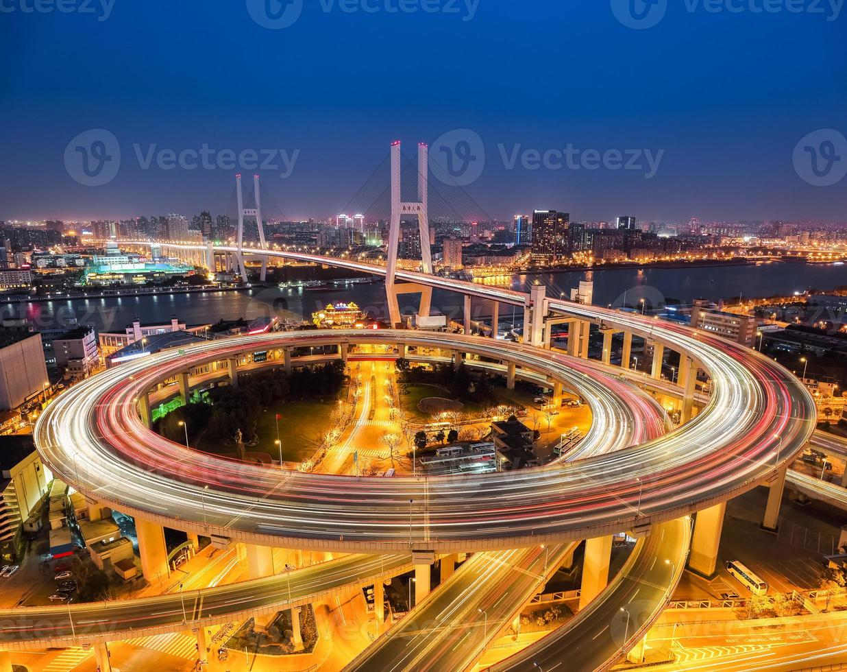 shanghai nanpu bridge på natten foto