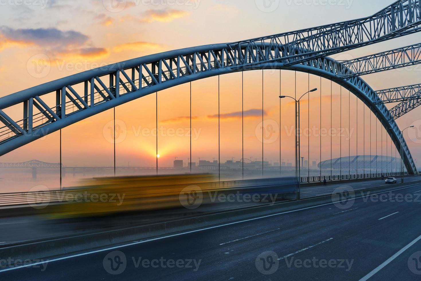 bro med blå himmel bakgrund av en stad foto
