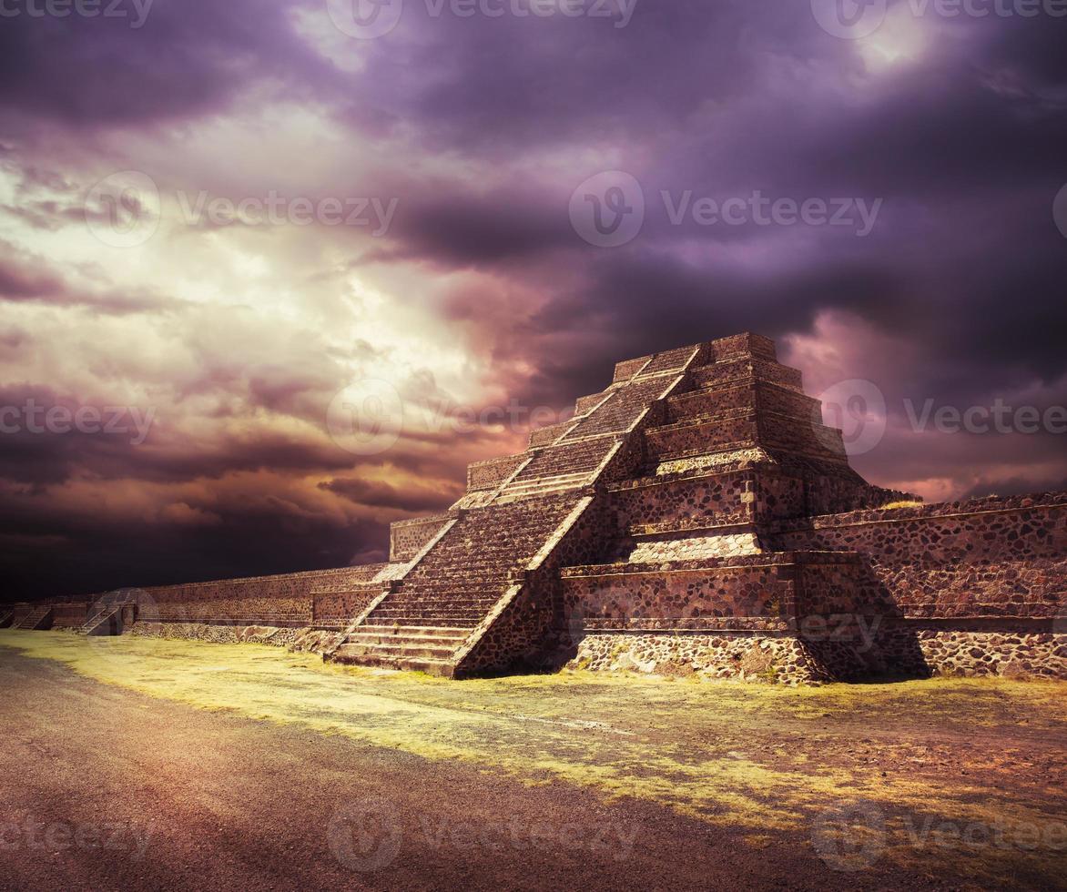 fotokomposit av aztecpyramiden, mexico foto