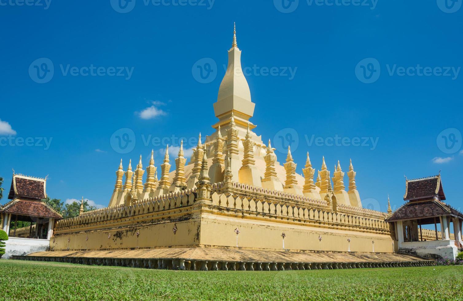 laos resa landmärke, gyllene pagoda wat phra att luang foto